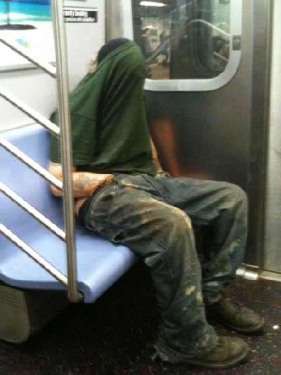 خوابیدن در مترو